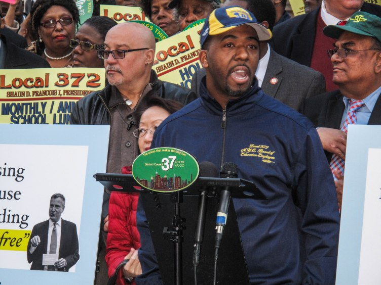 Local 372 Executive Vice President Donald Nesbit calles on Mayor de Blasio to act on his promise to provide universal free school lunches for NYC schoolchildren at a rally in front of City Hall on Nov. 16. Photo: Alfredo Alvarado